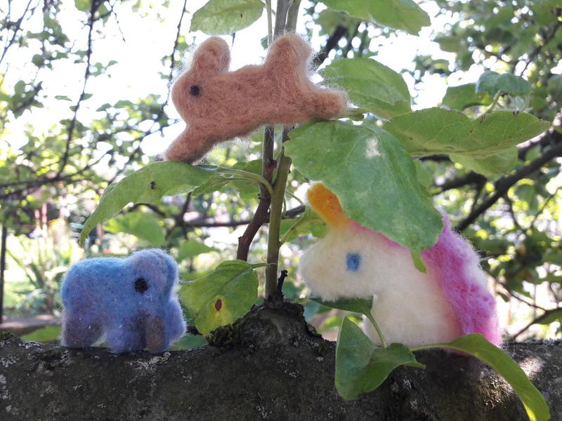 Filztiere auf einem Baum