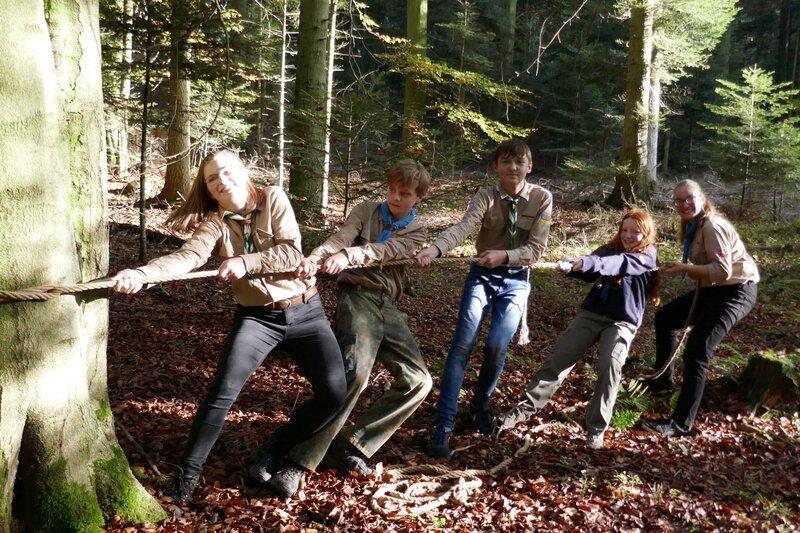 Pfadfinder spannen die Seilbrücke