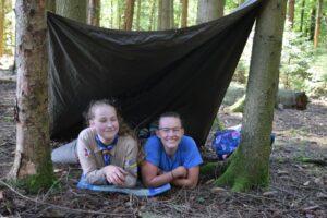 Zwei Pfadfinderinnen in einem Poncozelt