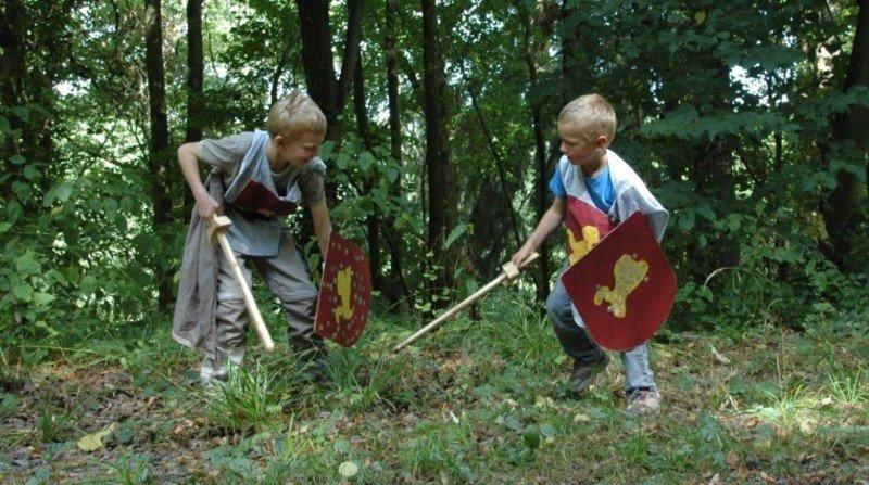 Kräftemessen beim Schwertkampf als Ritter