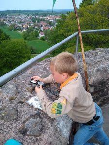 Junge mit Kompass