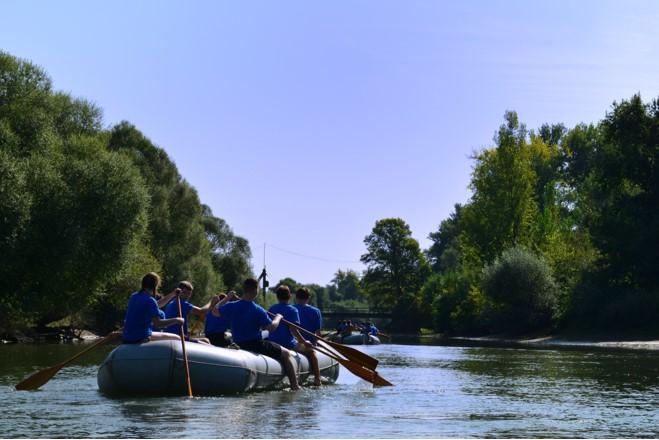 Sipplinge vom Stamm Wapiti beim Schlauchbootfahren