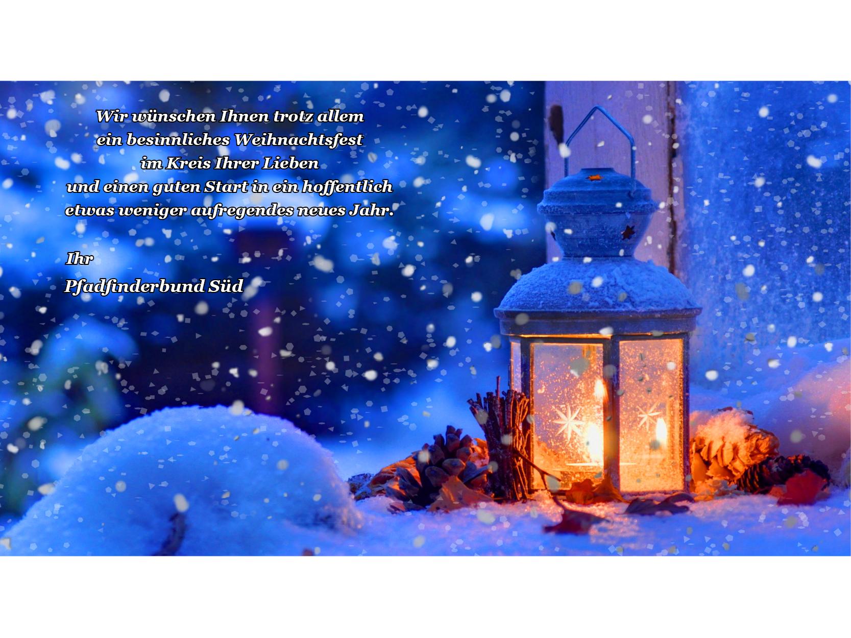 Laterne mit Kerze im Schnee