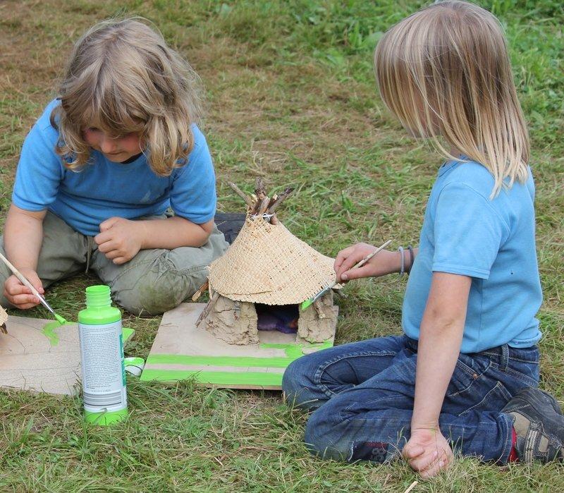 Eine kleine Hütte wird gebastelt