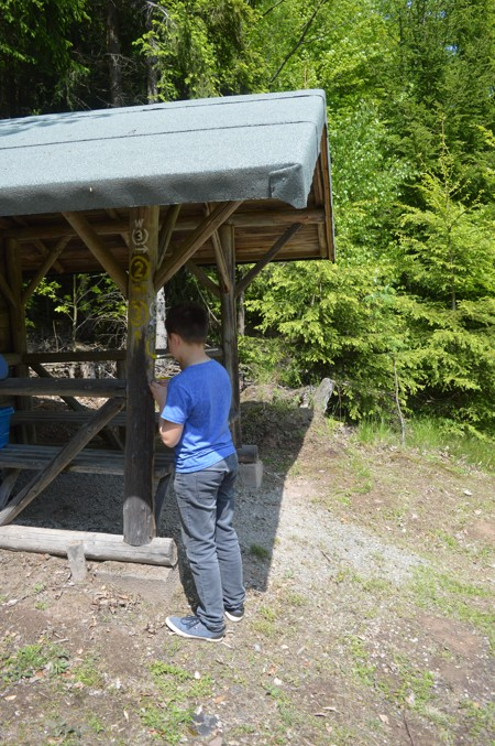 Markierung an einer Hütte wird erneuert